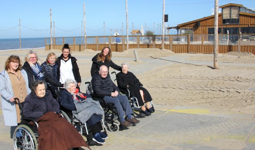 Op deze zonnige dag geen 'terrasje pikken' bij een strandpaviljoen voor deze strandbezoekers. | Foto: Wim Siemerink