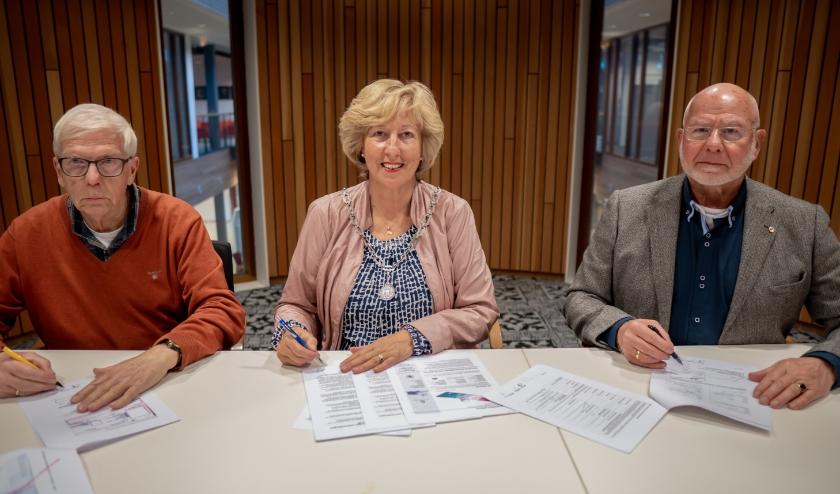 Burgemeester Laila Driessen, geflankeerd door voorzitter Bob Reidsma (links) en bestuurslid Jos Gerrese van de Stichting Leiderdorps Museum.   Foto: J.P. Kranenburg