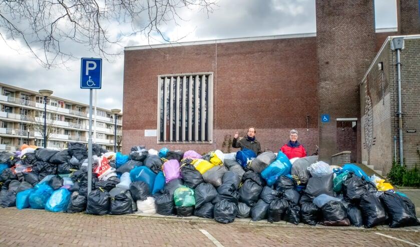 Tientallen zakken vol kleding werden zaterdagmiddag afgeleverd bij de Scheppingskerk.