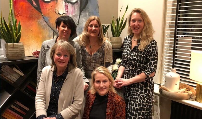 Vlnr achter: Caroline Glas, Mirjam de Best, Sanneke Nulkes. Vlnr voor: Lies Spruit en Jeanet van der Laan | Foto: pr