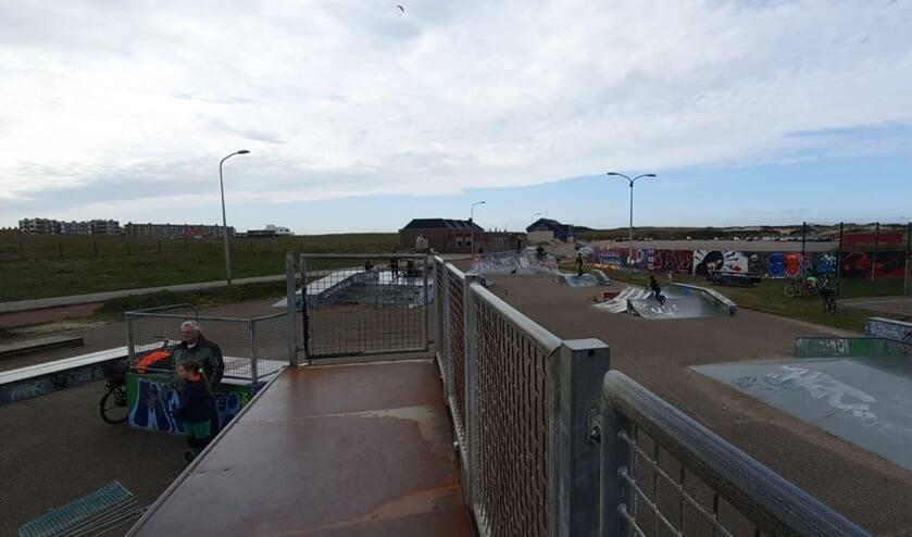 Enkele kinderen bij het skatepark bij Scum.