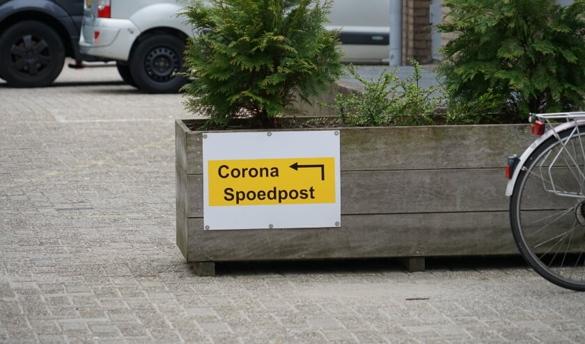 <p>Aan de achterzijde van het Alrijne Ziekenhuis verwijst een bordje naar de corona spoedpost.</p>