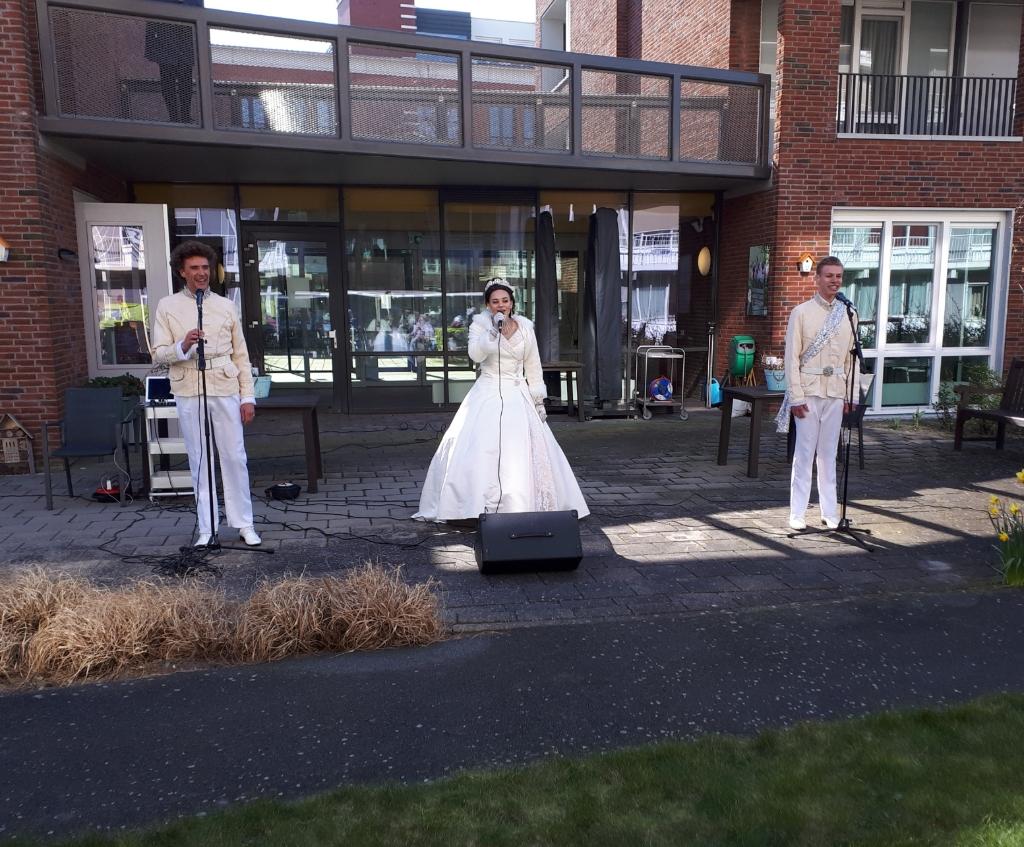 Theaterschool Teylingen gaf een uitvoering bij WZC Jeroen. | Foto: PR  © verhagen