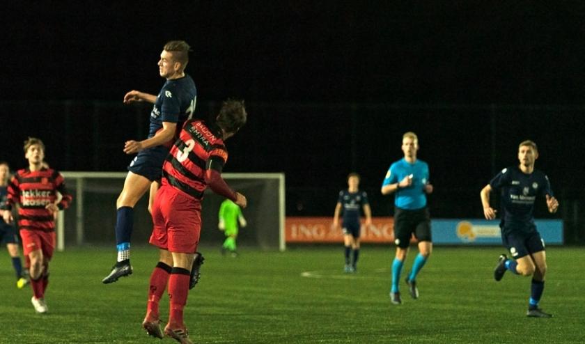 Wesley Haasnoot  torent hoog boven zijn verdediger uit maar kan niet tot scoren komen.   Foto: Johanna Oskam