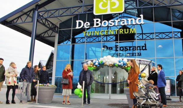 Op woensdag 18 maart werd op een bescheiden manier de opening van tuincentrum De Bosrand gevierd. Veel klanten wisten de winkel vorige week al te vinden. |  Foto: Willemien Timmers © uitgeverij Verhagen