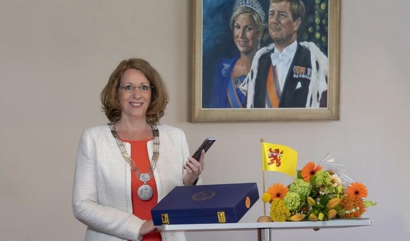 Ook een bijzondere lintjesregen voor burgemeester Breuer: dit keer verrast zij de gedecoreerden telefonisch.