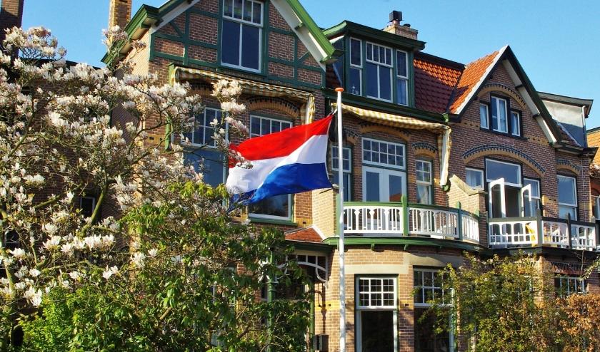 Overal in Oegstgeest wapperen vlaggen met schooltassen.   Archieffoto Willemien Timmers