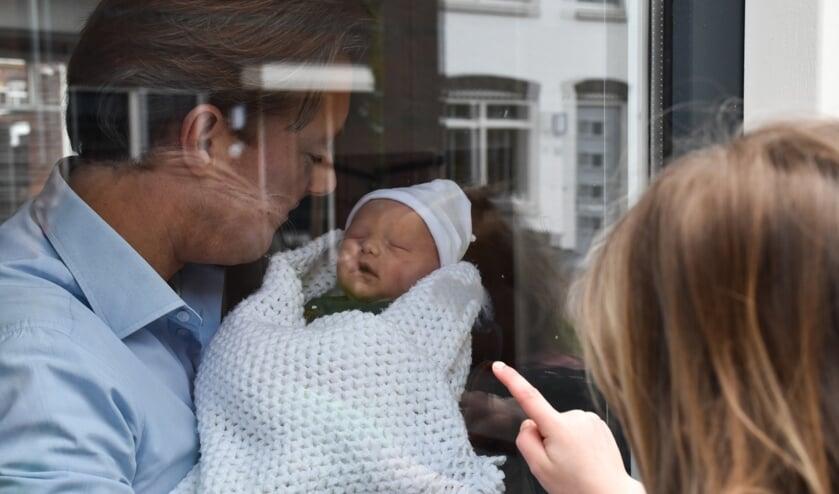 Papa Maurice Lardenoije laat vol trots zijn zoon Zeger zien terwijl mama Nancy even aan het uitrusten is.  