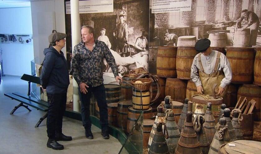 Dik Haasnoot (rechts) geeft uitleg aan culinair expert Alain Caron.   Foto: Binnenstebuiten