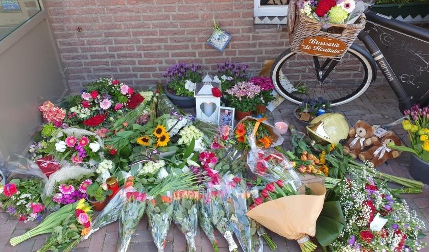 Bij De Houttuin liggen veel bloemen. | Foto: AC