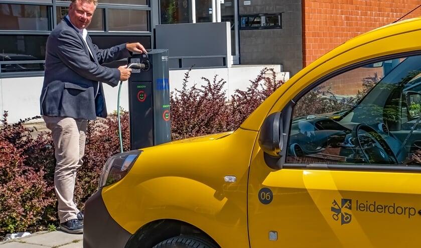 <p>Wethouder Rik van Woudenberg nam vorig jaar officieel een nieuwe Leiderdorpse laadpaal in gebruik.&nbsp;</p>