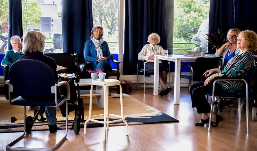 Senirorencoaches Annelèn van Wetten (3e van links) en Ella Koning (2e van rechts) en de deelnemers aan het dagprogramma zijn blij dat ze elkaar eindelijk weer zien.