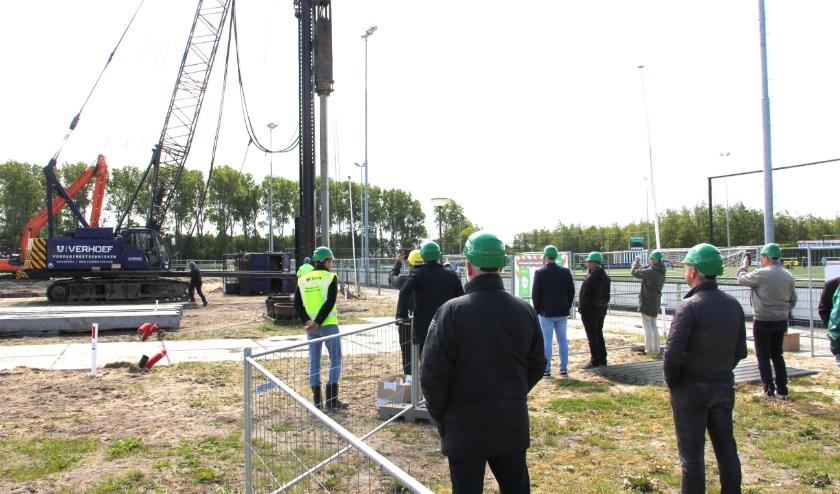 Onder het oog van het voltallige SJC-bestuur werd de eerste paal voor de nieuwbouw geslagen. | Foto's: Wim Siemerink