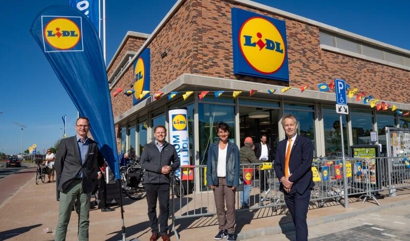 V.l.n.r. Lidl projectontwikkelaars Jeroen van Eikeren en Peter van Kooten, projectleider ruimte van de gemeente Leiderdorp Friedeke Drewes en wethouder Willem Joosten van ruimtelijke ontwikkeling.