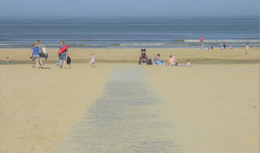 Onderling houden de strandgangers gepaste afstand, behalve natuurlijk gezinnen. | Foto: Adrie van Duijvenvoorde