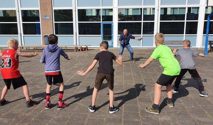 Wethouder Arno van Kempen geeft de eerste buitentraining op het schoolplein van de KTS. | Foto: pr.