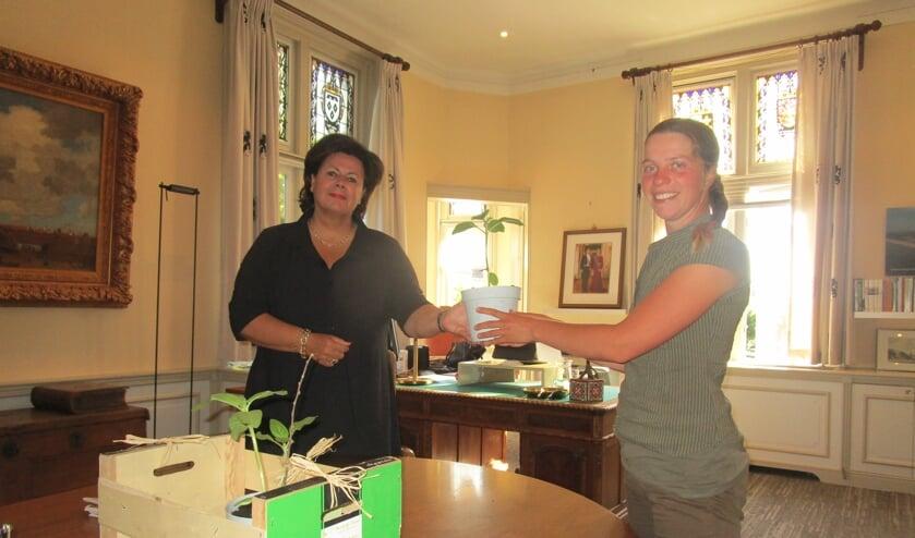 Tessa Yanover overhandigde de burgemeester zonnebloemzaailingen. | Foto: Ina Verblaauw