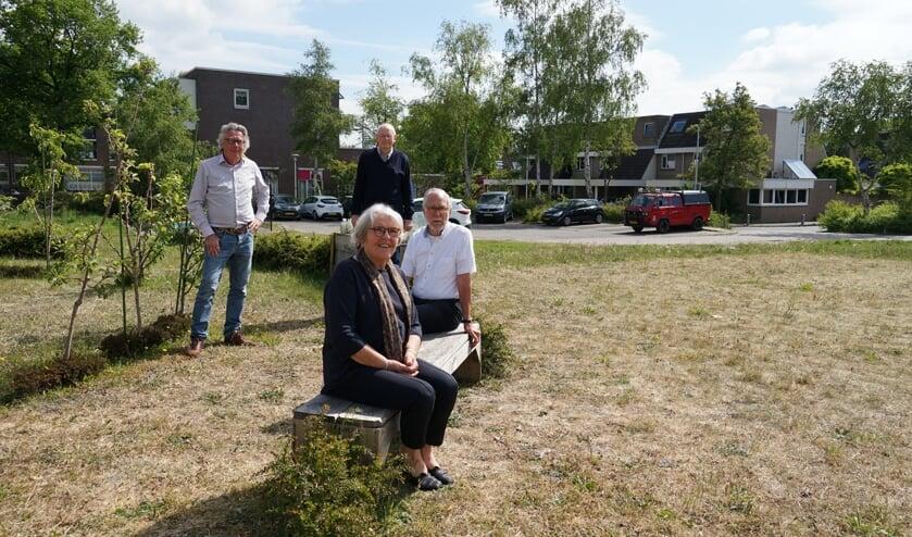 De Omwonenden Vereniging Centrumplein gaat zich met hand en tand verzetten tegen het plan voor een woontoren op de plek van het oude gemeentehuis. V.l.n.r. Marten Brederode, Joke Smit, Arie Roest en Herbert Smit.