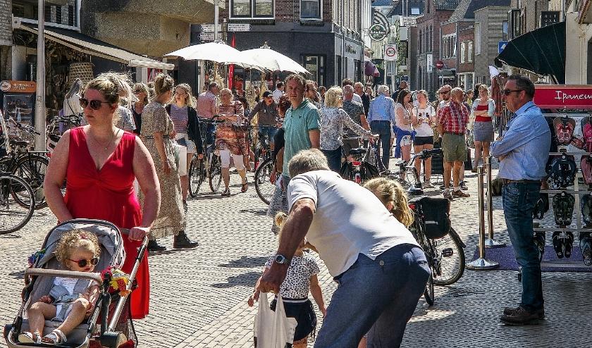 Drukte in het winkelcentrum van Katwijk aan Zee.