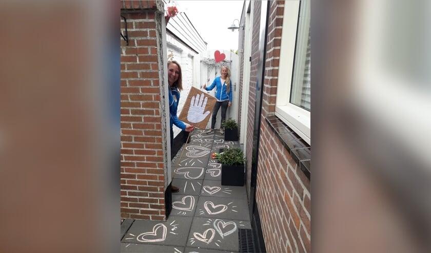 Team Buurtwerk komt op verzoek bij mensen langs om ze veel sterkte en liefde te wensen. | Foto: pr