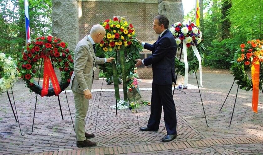 Burgemeester Emile Jaensch plaatst met Eelke van den Ouweelen, nestor van de gemeenteraad, een krans bij het monument.