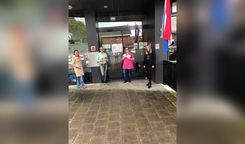 Madelief van Haarlem (llinks namens Zoete Madeliefjes) en Michelle (rechts, namens PMU Art Sassenheim) overhandigen hun presentjes bij Bolero in Voorhout. Claudia van der Tuin, bedenker van de actie, kon helaas niet komen voor de foto.