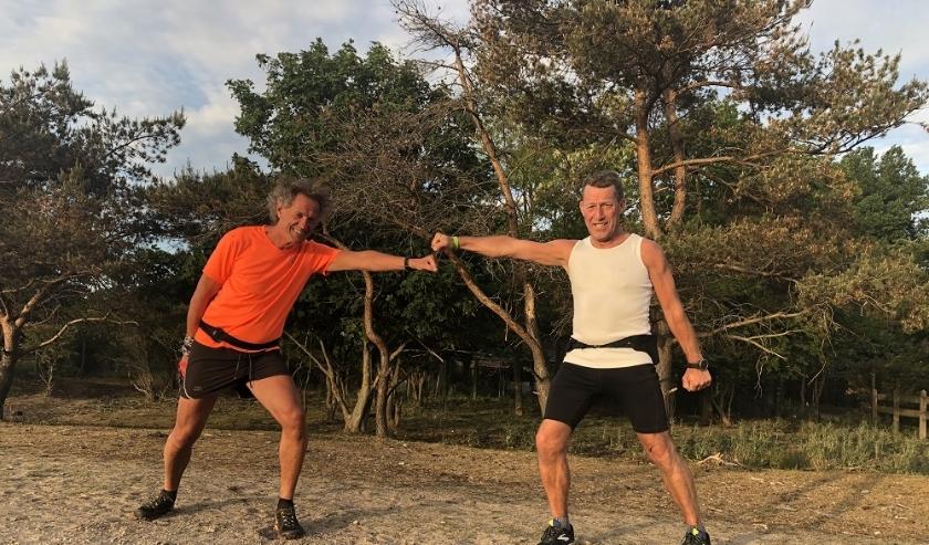 Henk de Jong en Hans Maarschalk geven de trailruntraining op donderdagavond in de Amsterdamse Waterleidingduinen.
