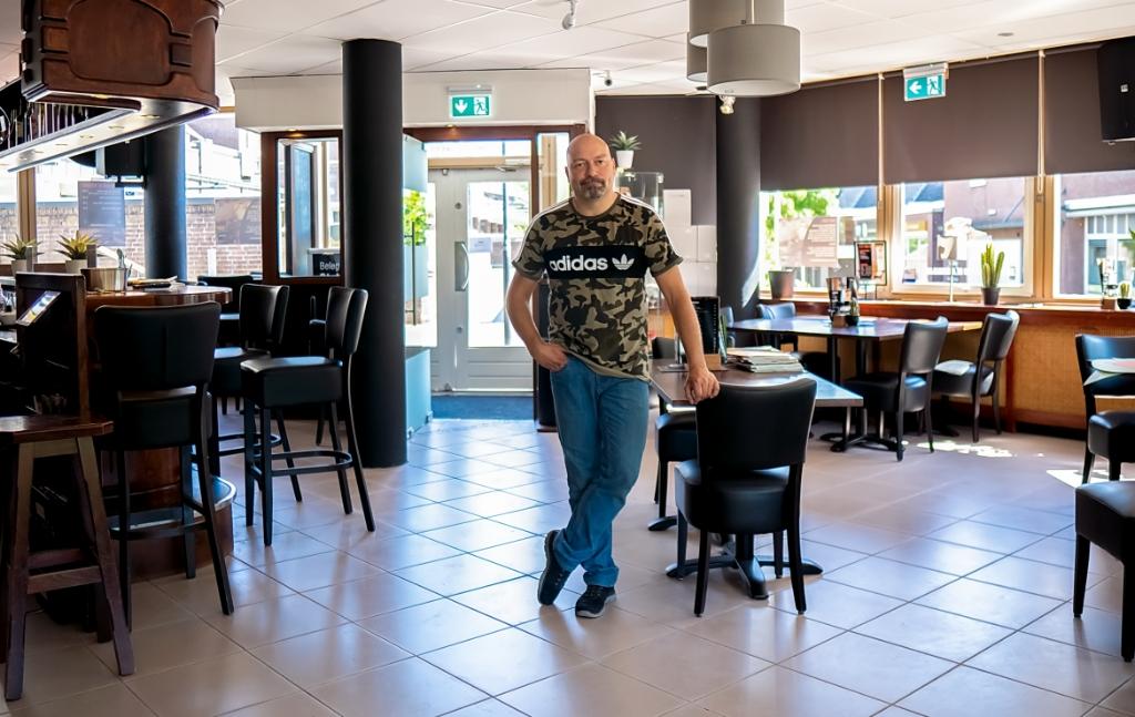 Nico de Bruijn heeft nog niet de helft van de normale zitplaatsen over in zijn grand café, maar plek zat op het terras. | Foto: J.P. Kranenburg Foto: J.P. Kranenburg © uitgeverij Verhagen