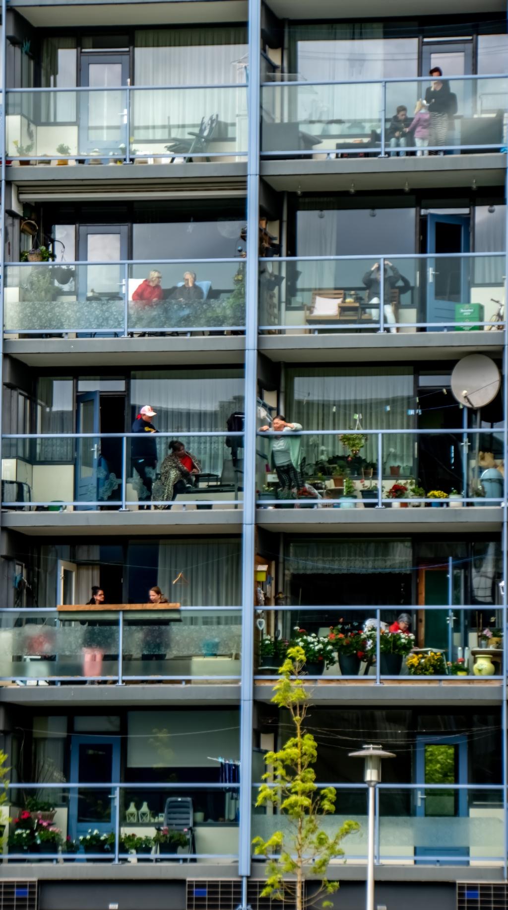 Deelnemers aan de bingo op hun balkon.  Foto: J.P. Kranenburg © uitgeverij Verhagen