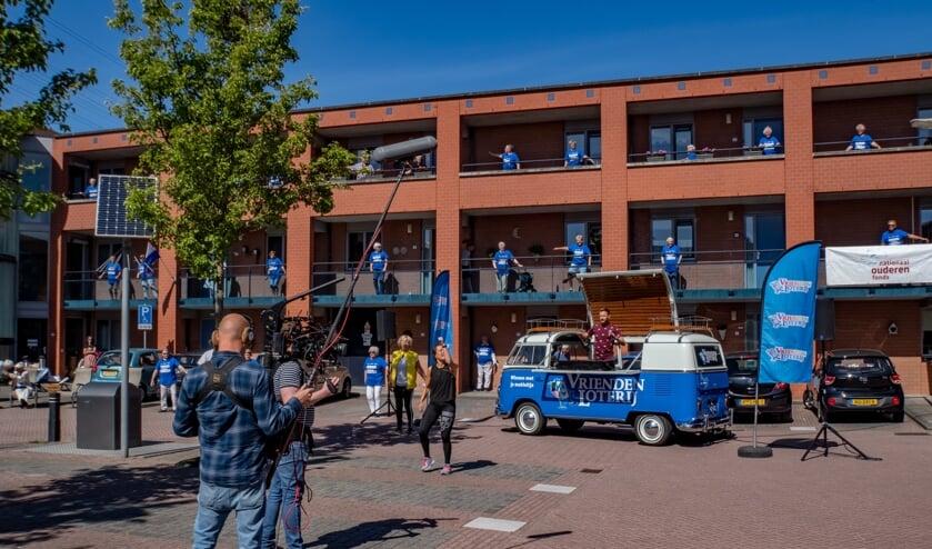 De cameraploeg van SBS Shownieuws filmt het balkonbewegen aan de Brandwacht. In het busje van de Vriendenloterij volgt Jan Versteegh het voorbeeld van Nathalie Beekman (in zwart shirt). Burgemeester Driessen (met geel jasje) staat links van Nathalie.