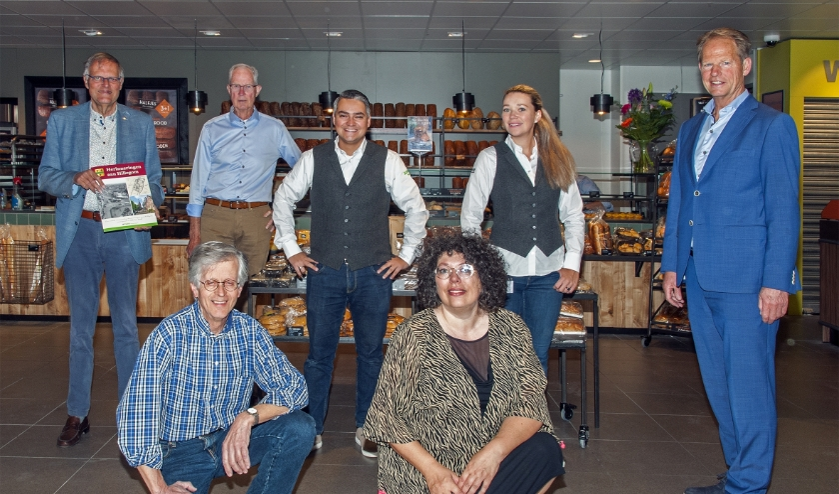vlnr: Hans Lommerse, Jan Zeilemaker, Serdar en Daphne Tolenaar, zittend: Harry Prins, Jacolien van der Valk en Arie van Erk. | Foto: Peter van Doorne / SVvOH.