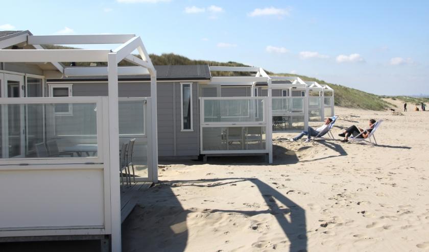 De eerste gasten melden zich als zongenieters bij de strandhuisjes op het Noordwijkse strand. | Foto: WS