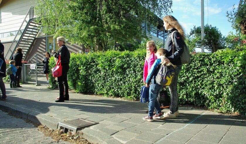 Bij basisschool De Kring gaan de leerlingen op maandag één voor één naar binnen. | Foto Willemien Timmers