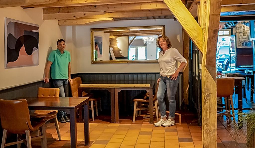 Bas Dickhoff en Saskia van der Lugt hebben druk gebruik gemaakt van een anderhalve meter lat om tafels en stoelen op een gepaste afstand te zetten.    Foto: J.P. Kranenburg © uitgeverij Verhagen