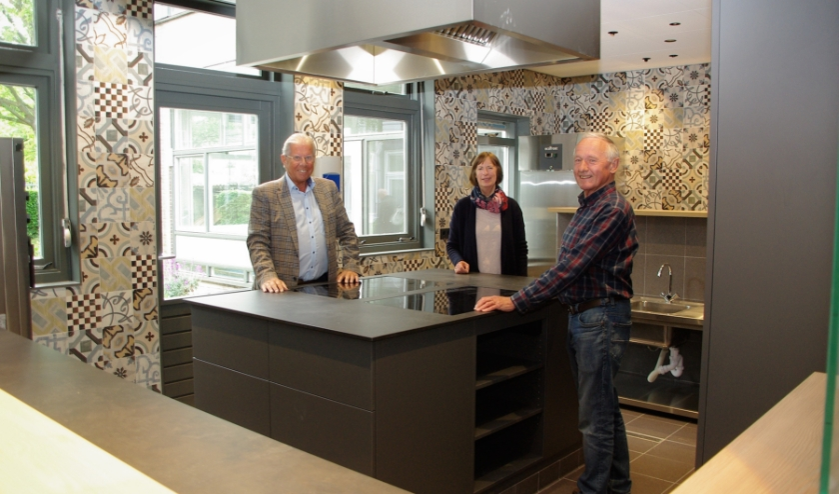 Hans Honsbeek, Ali Hellinga en Ruud Janse van Mantgem in de totaal vernieuwde keuken. | Foto Willemien Timmers
