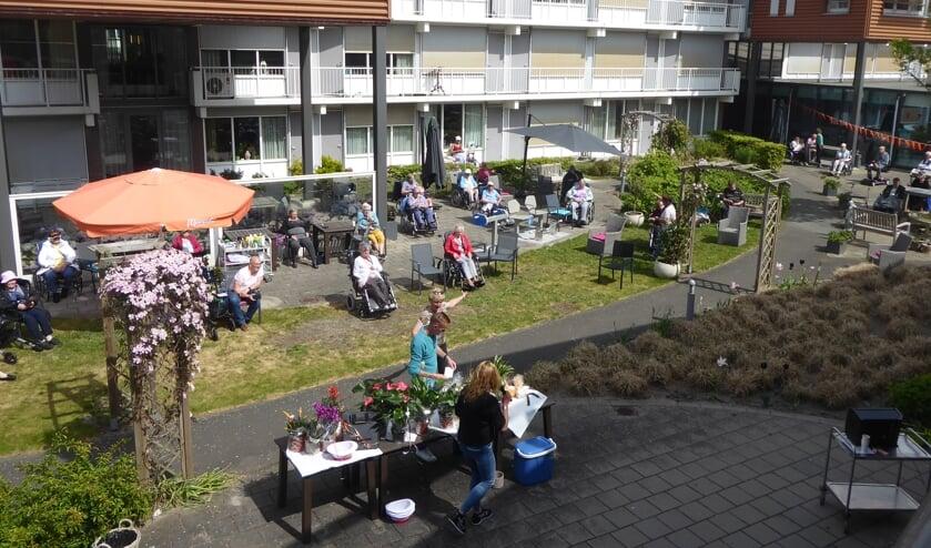 In de tuin van WZC Jeroen werd voor de bewoners een loterij gehouden door Michael Raasveldt en Ivanka Prosman.   Foto: IV