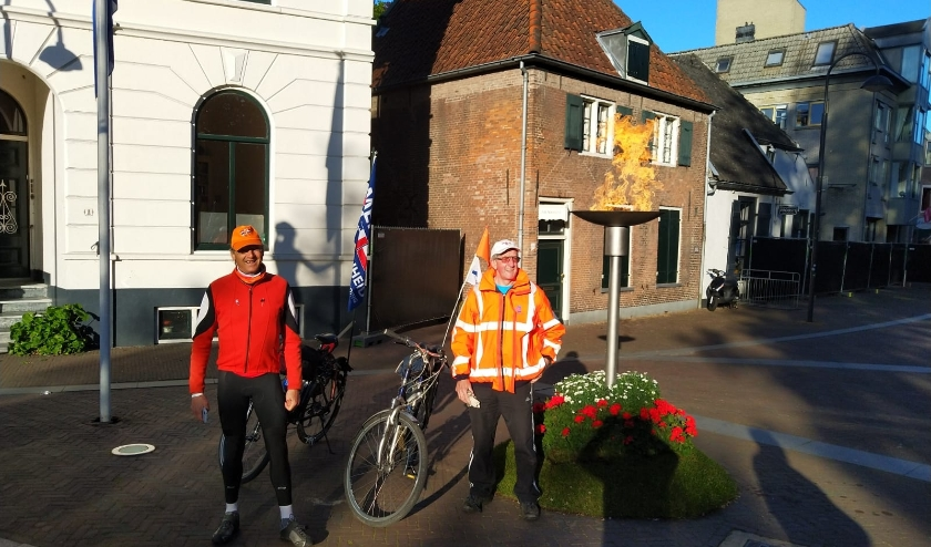 Henk van Driel (l) en Gerard van Amsterdam (r) in de vroege ochtend van 5 mei bij het bevrijdingsvuur bij Hotel De Wereld in Wageningen   Foto PR