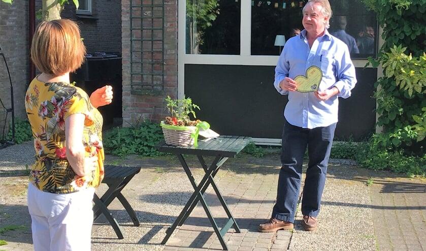 José Versmissen overhandigt de tweehonderd euro aan weldoener Wessel Eijkman.