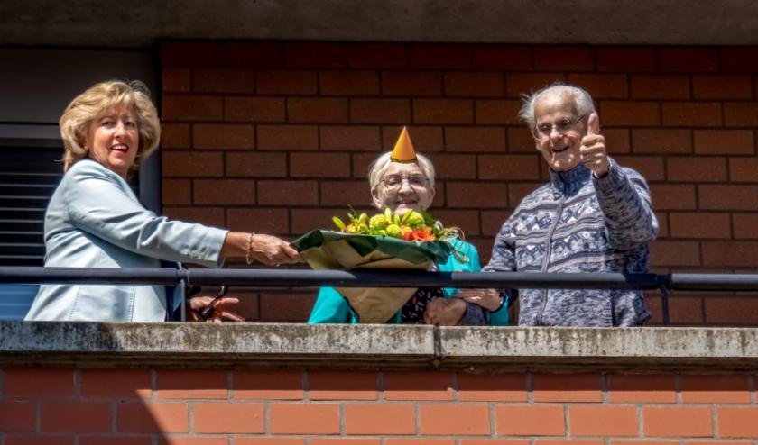 Het briljanten paar met links burgemeester Laila Driessen.   Foto: J.P. Kranenburg