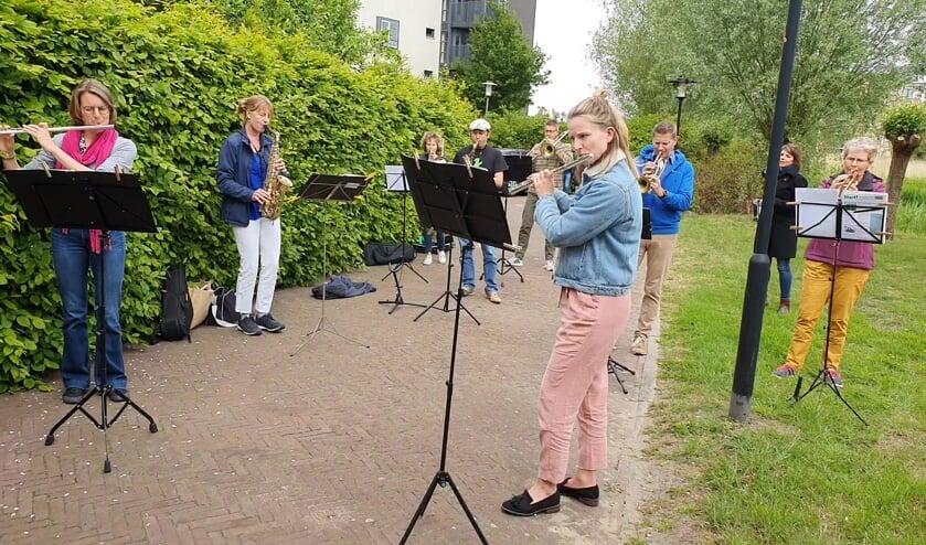 De band wilde bewoners en verzorgers van 's Heerenloo in deze moeilijke tijd graag verblijden met een spontaan optreden.