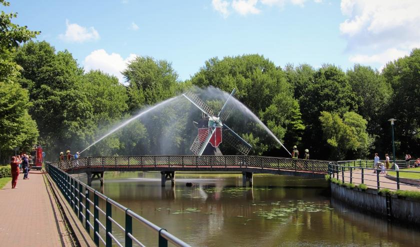 Twee brandweerspuiten vormden een ereboog van water. |