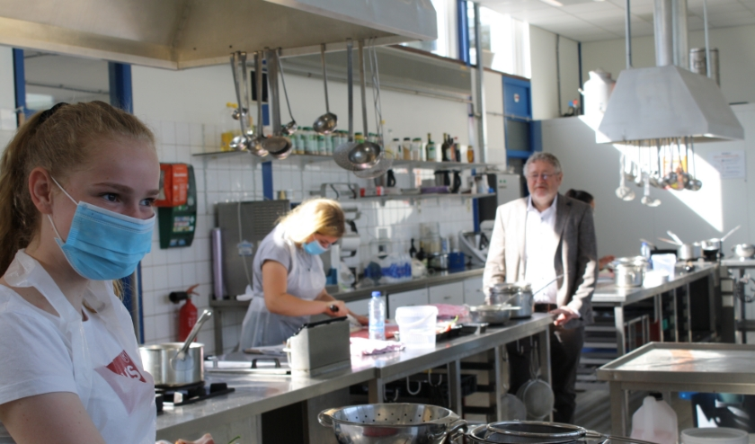 Lisa met haar klasgenoten in het praktijklokaal. Op de achtergrond directeur Ton de Groot. | Foto: Piet de Boer