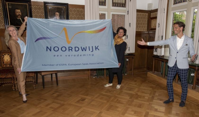 Burgemeester Verkleij, Quirine Kamphuijsen en wethouder Ter Hark tonen trots het nieuwe logo. | Foto: krolFoto