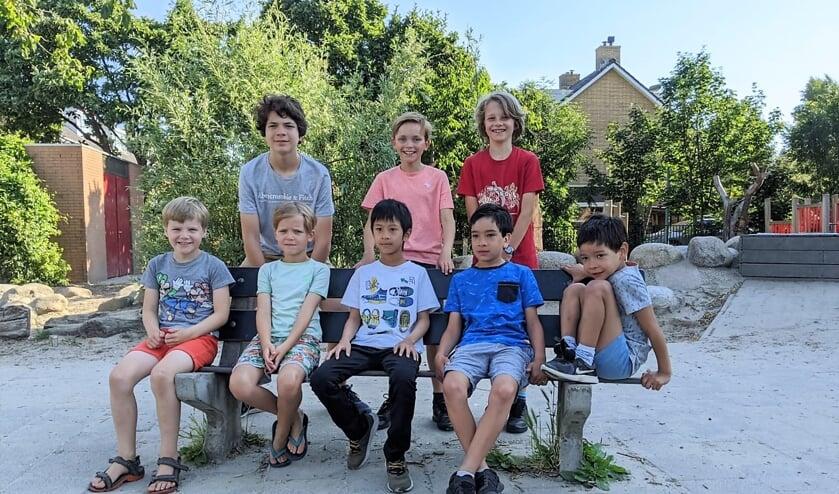 Het Oegstgeester Montessori-team bestond uit (zittend op het bankje): Nils Kruizinga, Pieter van der Salm, Elyas Nyoto, Sam Moeri, Casper Moeri & Erik Kun (niet op de foto). Op de foto staan ook de oudere Montessori-schakers Tobias Persson, Siebe Jan van der Salm en Jonathan Vijver.