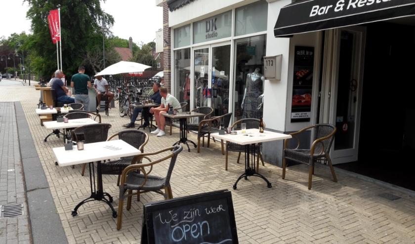 Het terras van de Gebr. Wop mag, als de naastgelegen winkels zijn gesloten, tijdelijk uitgebreid worden.