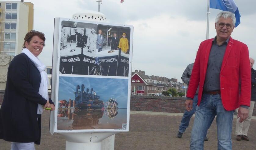 Woensdag werden de fotopanelen over de kustbewaking bij de vuurtoren onthuld. | Foto: Ina Verblaauw