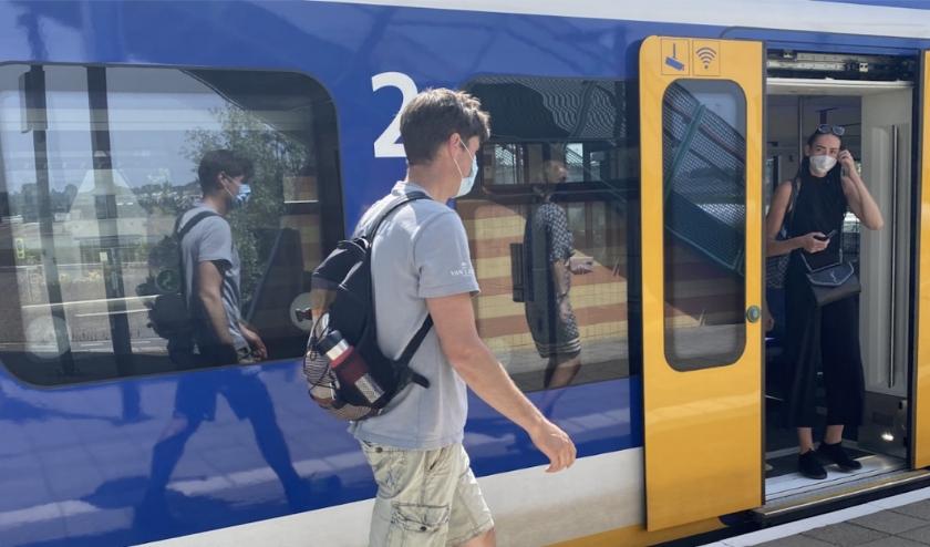 Nederland gaat weer steeds meer 'open'. Vanaf 1 juli geldt dat iedereen weer mag reizen met het openbaar vervoer, maar wel nog steeds met mondkapje.