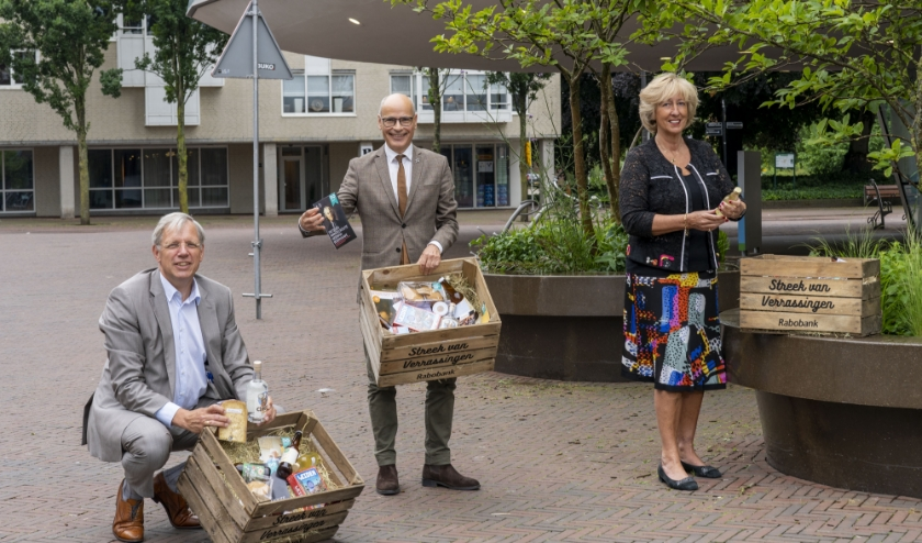 V.l.n.r. burgemeesters De Visser (Katwijk), Jaensch (Oegstgeest) en Driessen (Leiderdorp) nemen streekbox in ontvangst.