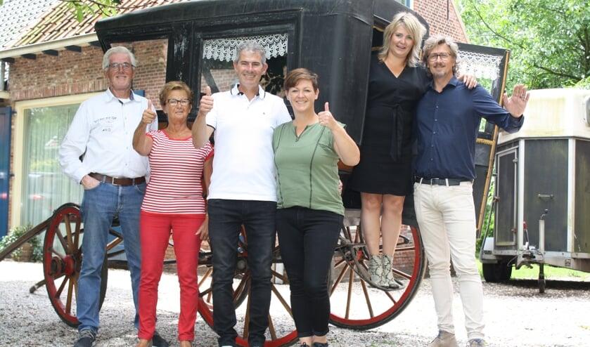 De zes jubilarissen voor hun trouwkoets op de boerderij van Willem en Toos van Rijn. Van links naar rechts: Jan en Ria van der Lans (goud), Peter en Maureen Natzijl (kristal) en Karin en Rob Batenburg (zilver). | Foto: Piet de Boer
