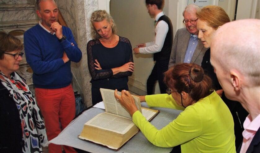 Archivaris Carla de Glopper bladert nieuwsgierig door de Statenbijbel. | Foto Willemien Timmers